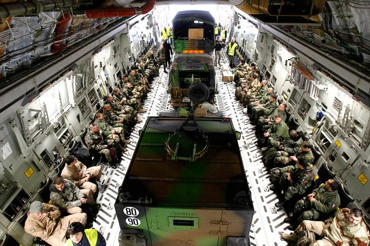Французские военные на борту американского транспортного самолета перед вылетом в Мали из Марселя