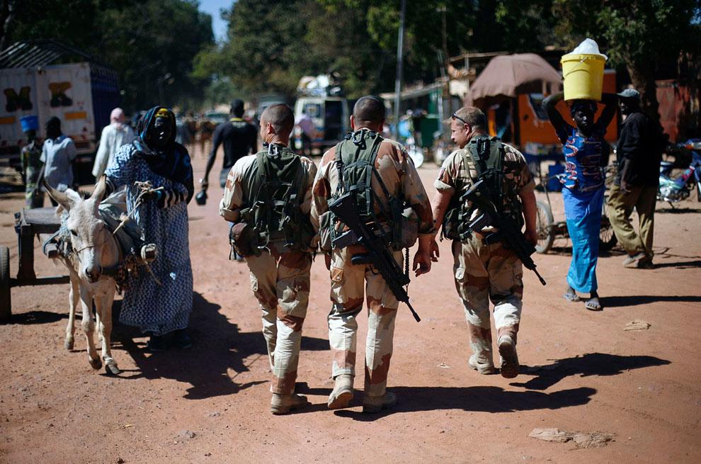 Французские военные патрулируют улицы пешком и на бронетранспортерах в городе Нионо в центральной части Мали