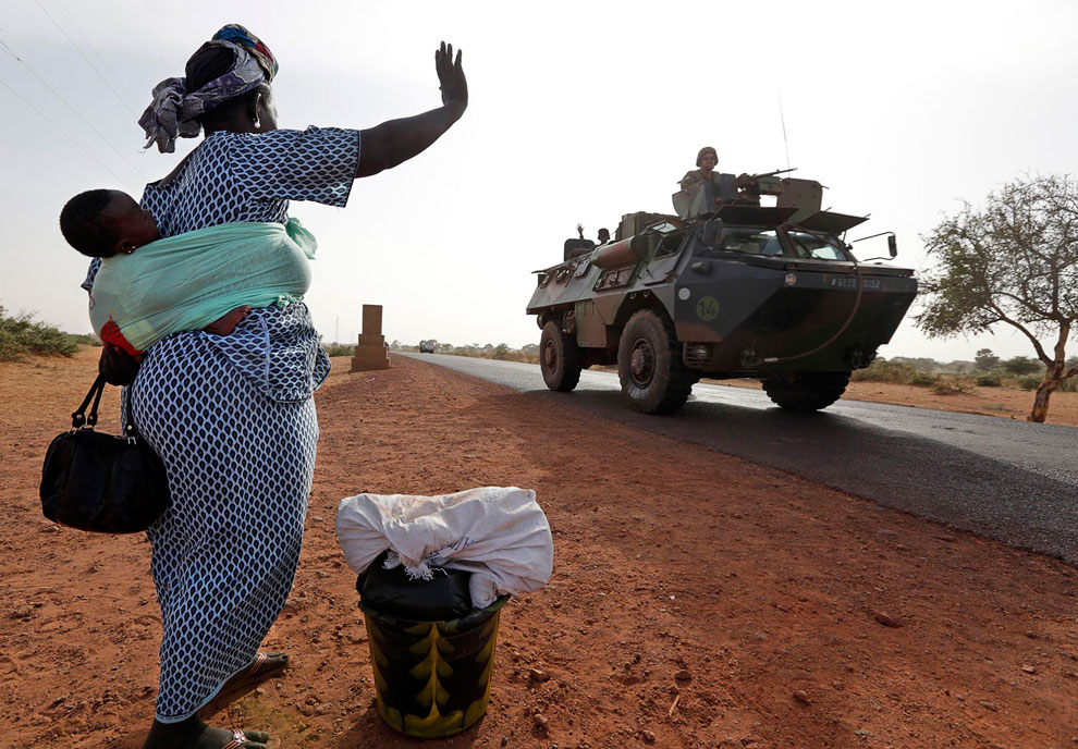 Местные жители особо не против присутствия французских военных, машут им руками