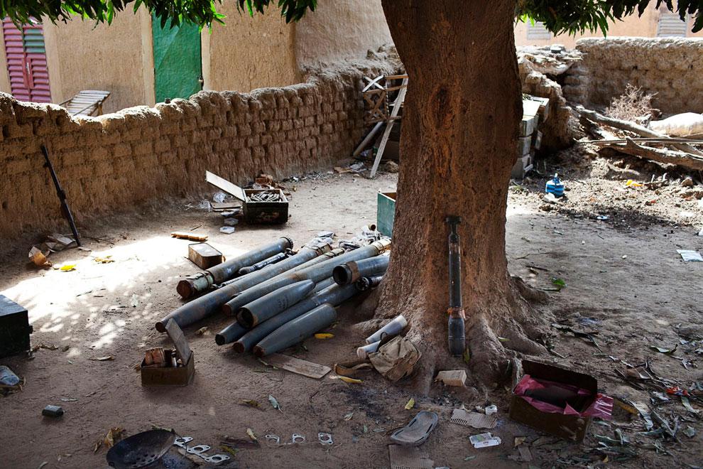 Французы нашли во дворе дома боеприпасы, принадлежащие, как они думают, повстанцам-туарегам, с которыми они воюют