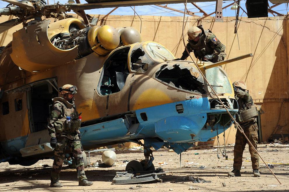 Французские саперы исследуют вертолет в аэропорту Гао