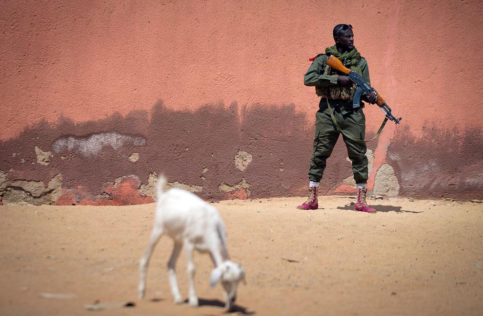 Солдат малийской армии с АК-47 в  Гао