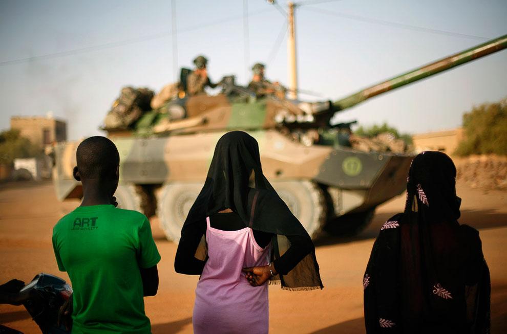 Малийские подростки и колонна французских военных