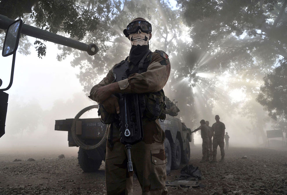 Экстравагантный французский солдат на рядом с бронемашиной на улице в Нионо, Мали