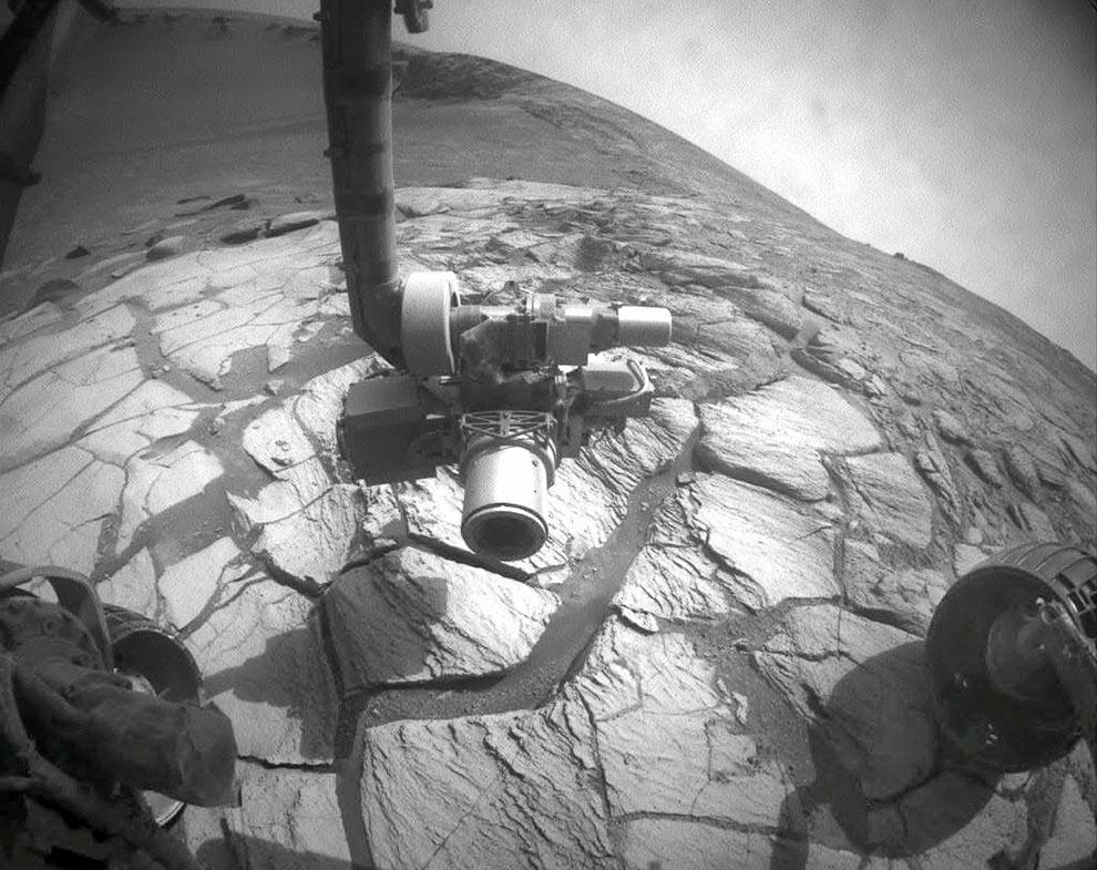 На краю ударного кратера Виктория на поверхности Марса в районе плато Меридиана