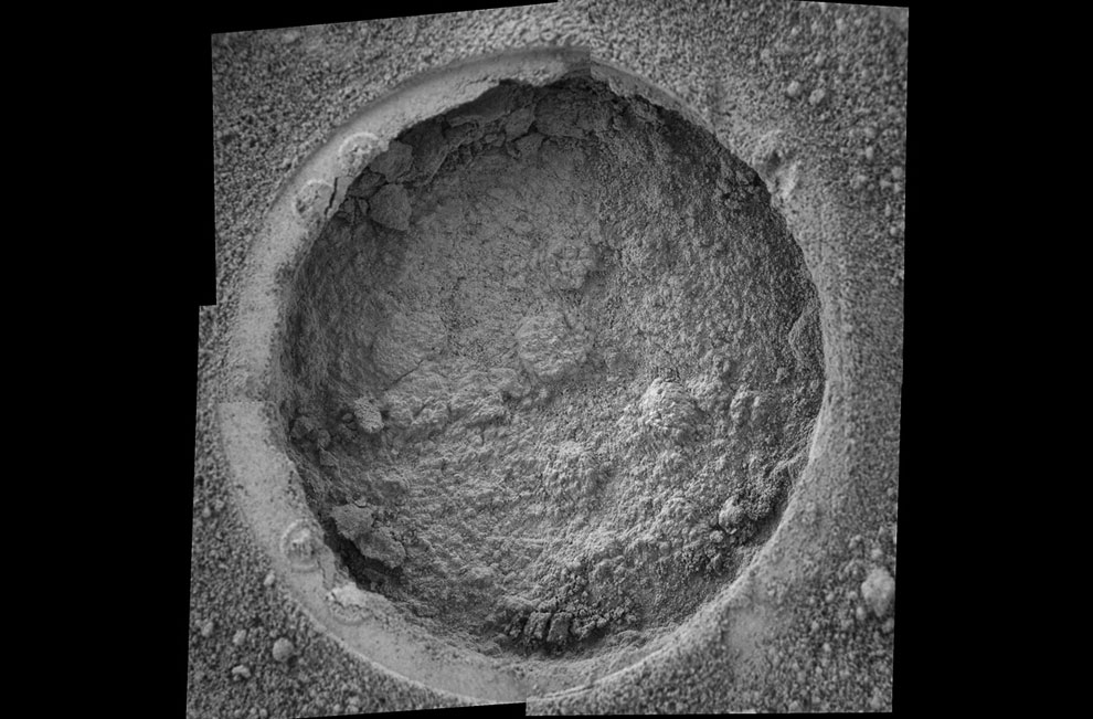 Ямка (6 см в диаметре) в ударном кратере Эндьюранс