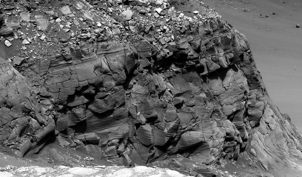 15-метровый край из камней в ударном кратере Виктория
