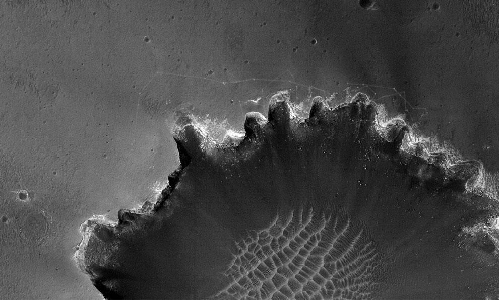 Следы марсохода Оппортьюнити на краю кратера Виктория