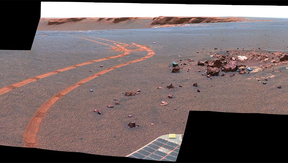 Следы от марсохода и край кратера Виктория