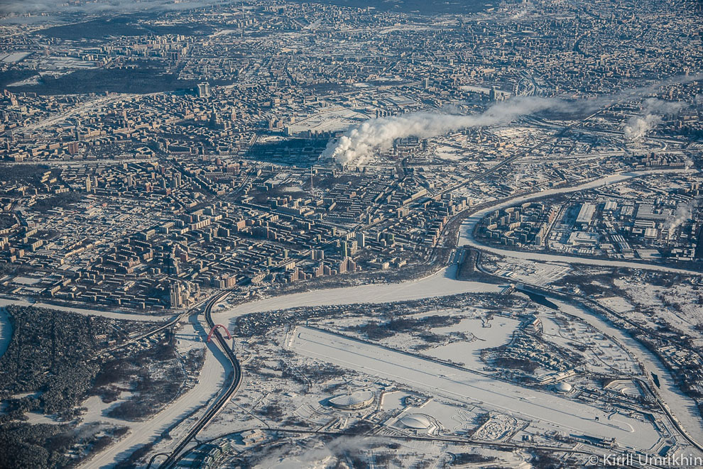 Ещё раз мост, гребной канал и велотрек, а также Серебряный бор на переднем плане и остальная Москва на заднем