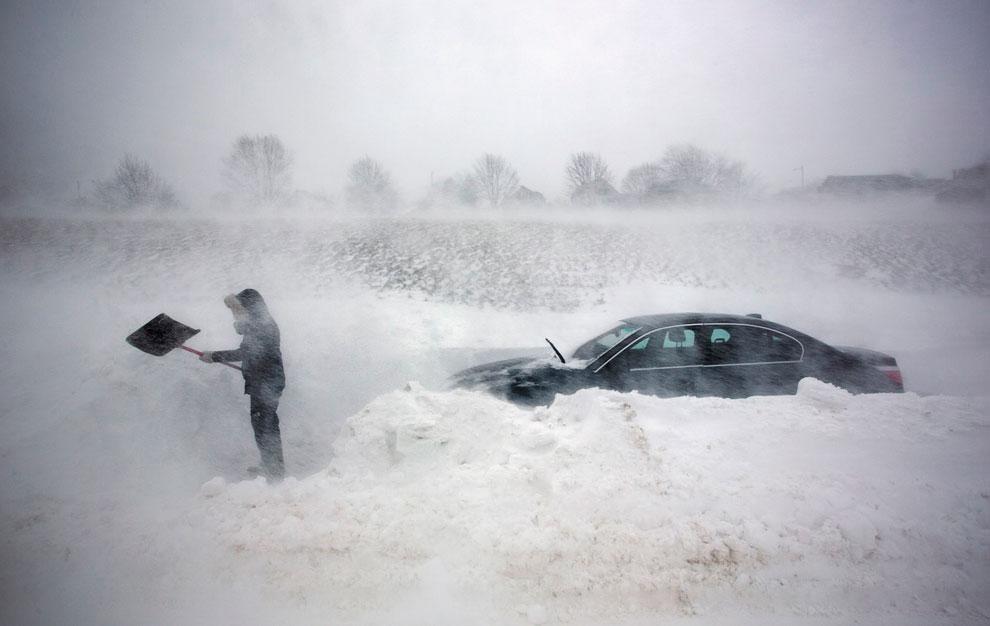 Водитель отчаянно пытается откапать застрявшую машину в Портленде