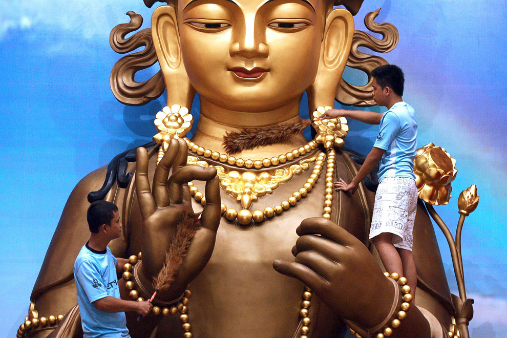 Подготовка статуи Будды к Новому году