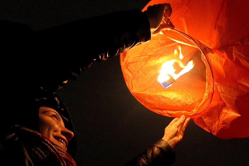 Еще одна традиция Китайского Нового года — запуск в небо фонариков