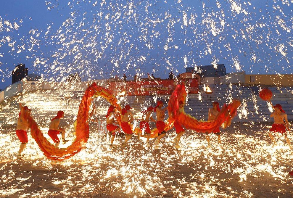 Танец огненного дракона в Пекине