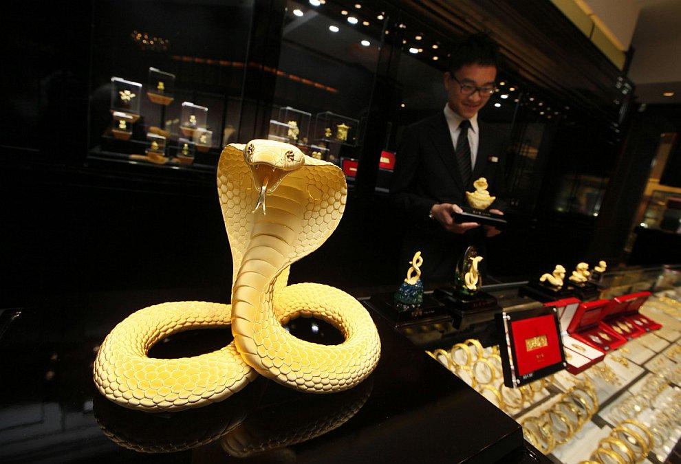 2013-й год хоть и Черной Водяной Змеи, но в ювелирных магазинах выгодней продавать золотых