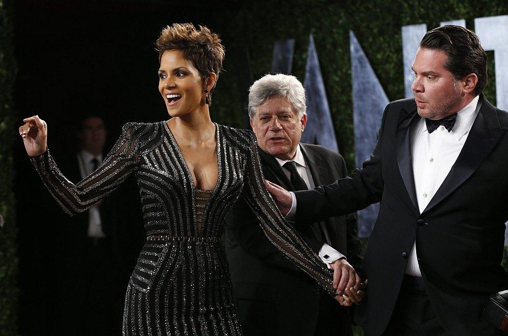 Холли Берри в экстравагантном платье