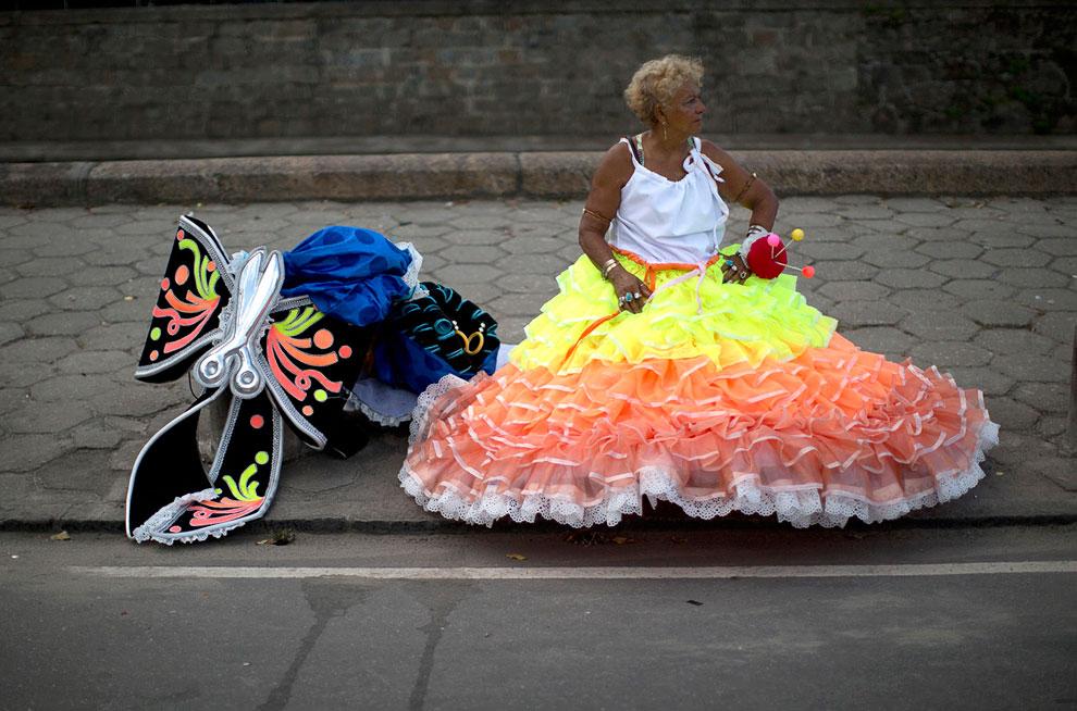 На бразильских улицах повсюду можно встретить разодетых артистов