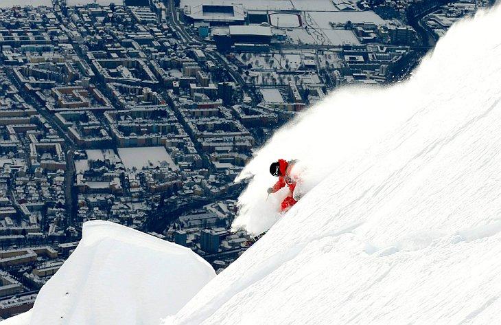 Шведский горнолыжник на фоне Инсбрука, Австрия
