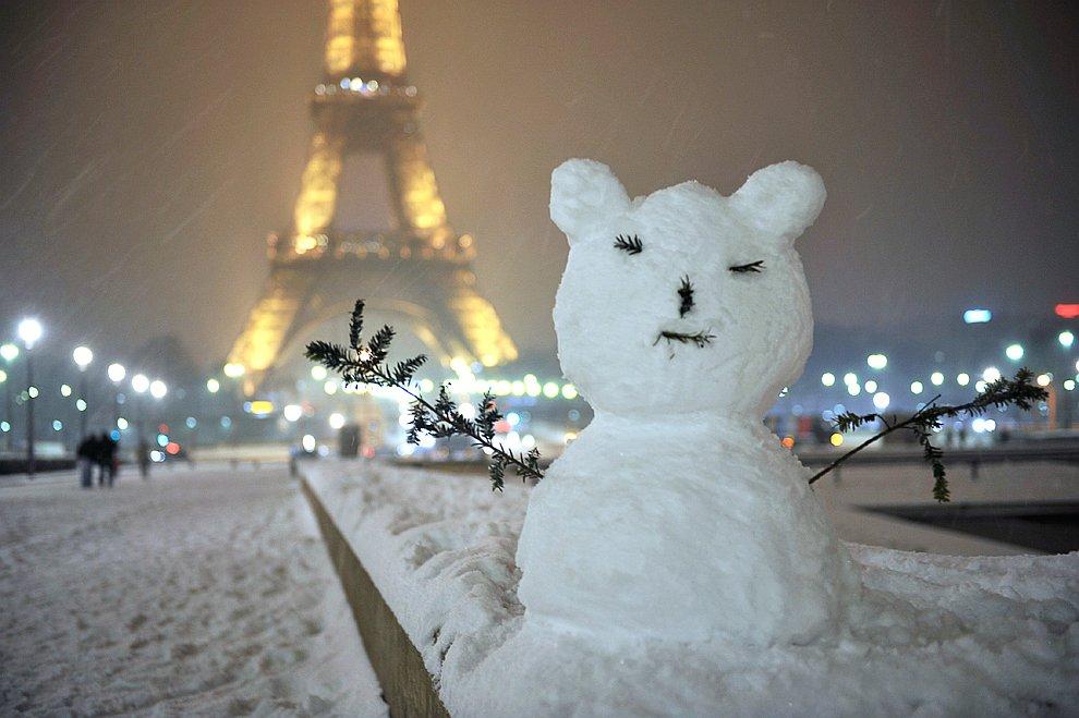 Снеговик на фоне Эйфелевой башни в Париже