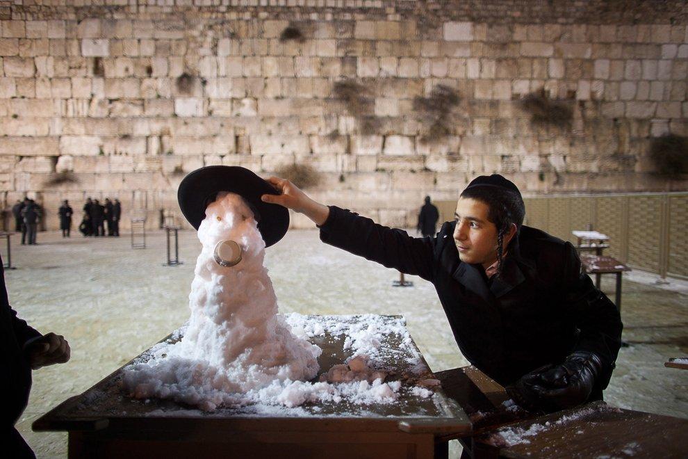 Креативный снеговик у стены плача в Иерусалиме