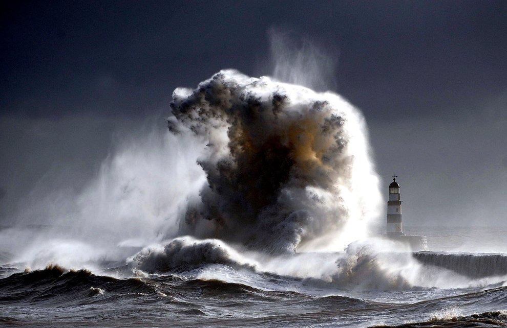 Волны Северного около маяка в графстве Дарем, Англия