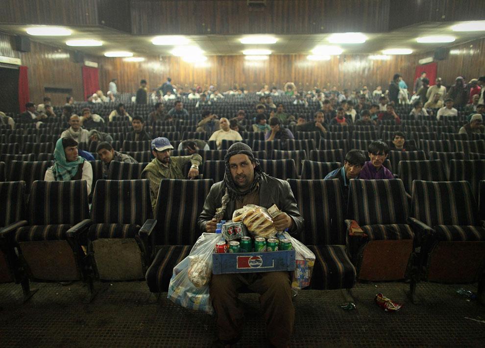Сотрудник кинотеатра «Памир» продает закуски и воду во время перерыва