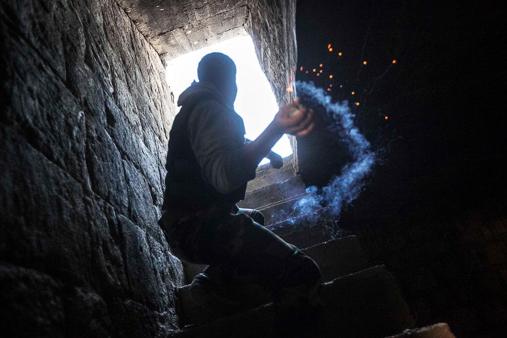 Мятежник бросает самодельную гранату