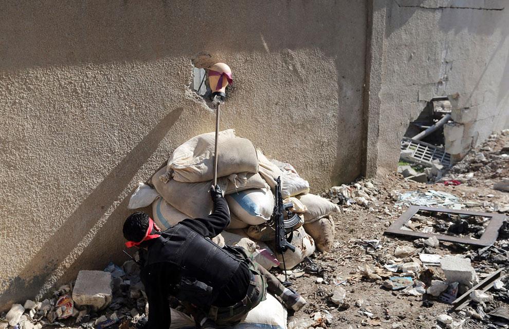 Ищем снайпера с помощью головы манекены, высунутой в отверстие от снаряда в стене