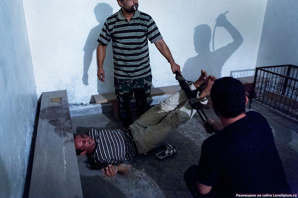 Сирийские боевики допрашивают и пытают информатора в Алеппо, 31 июля 2012