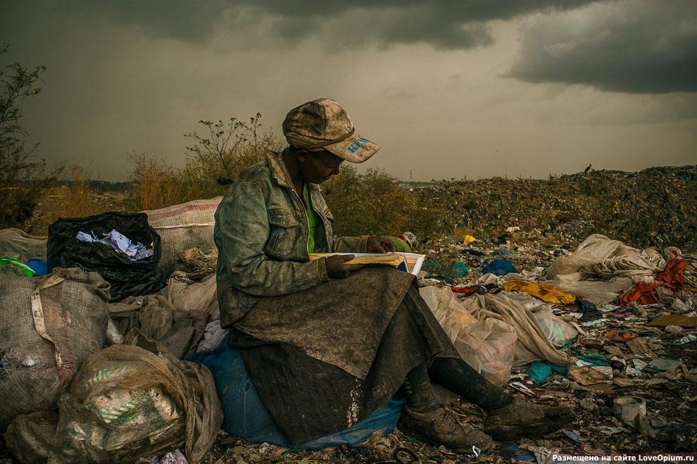 Перерыв у женщины, работающей на свалке в Найроби, 3 апреля 2012