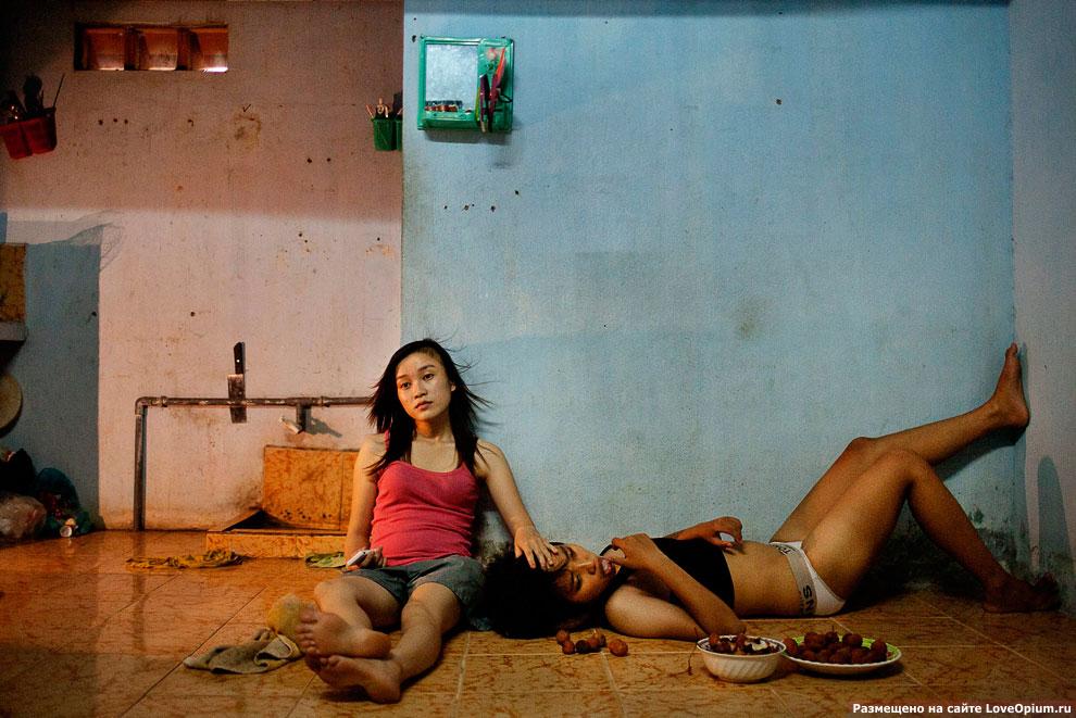 Двое школьников смотрят телевизор после занятий, Дананг, Вьетнам