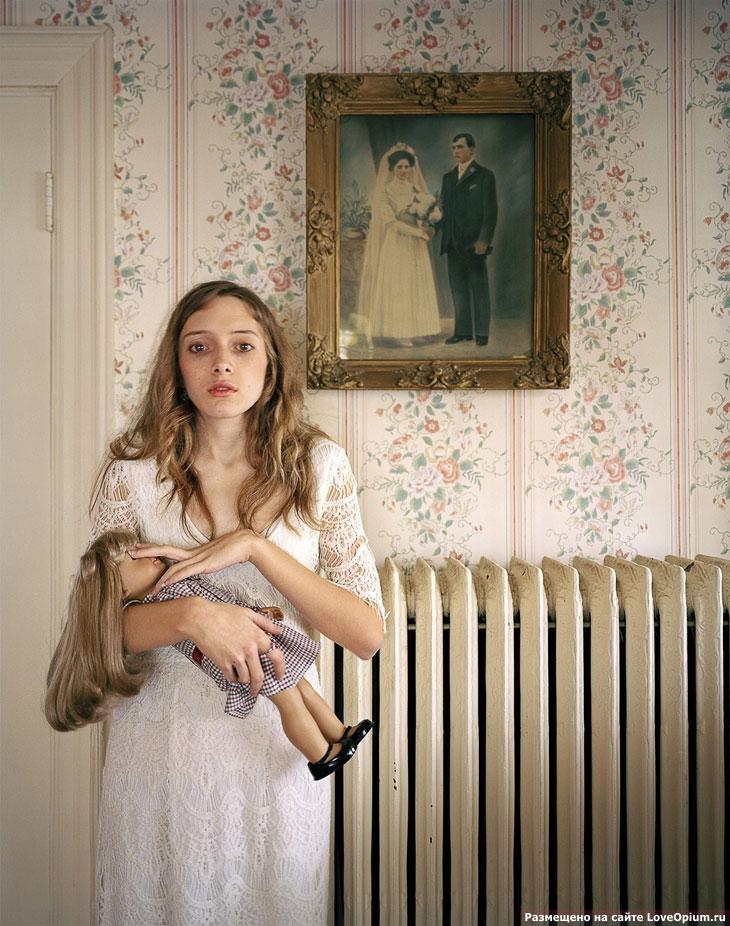 Портрет девушки по имени Кайла на фоне портрета ее предков из Бостона, штат Массачусетс