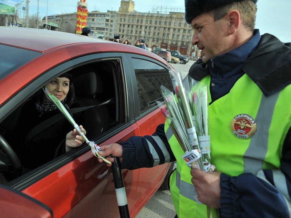 По уже сложившейся традиции сотрудники ГАИ в регионах поздравляют женщин — автолюбительниц, вручая им на дороге цветы и сувениры