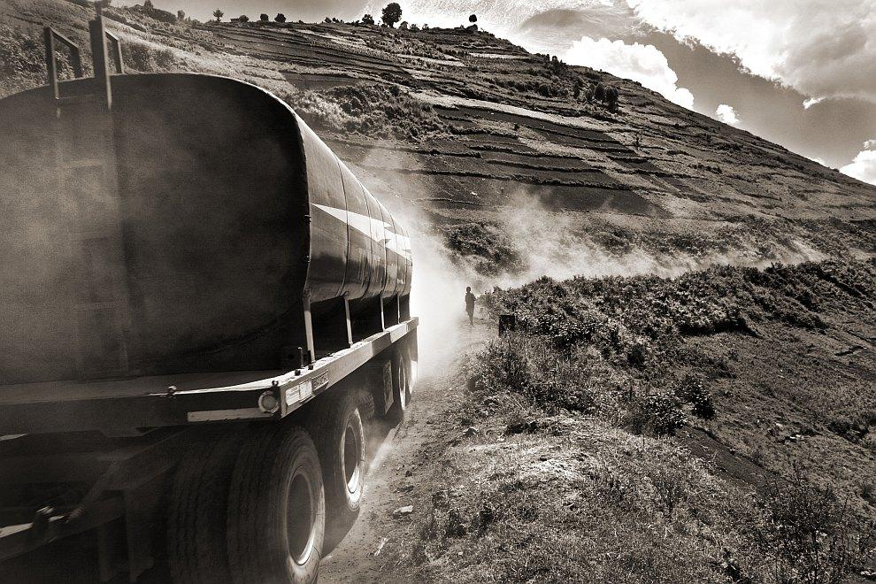 Бензовоз на пыльной дороге в Уганде