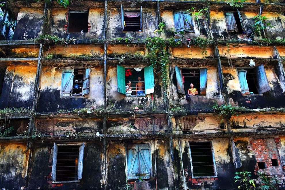 Это вековое здание на окраине города Дакка в Бангладеше