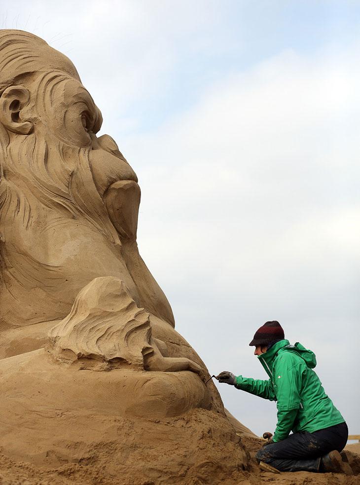 Голландский скульптор работает на песчаной скульптурой Кинг-Конга