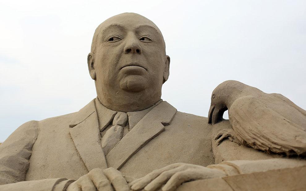 Песчаная скульптура Альфреда Хичкока