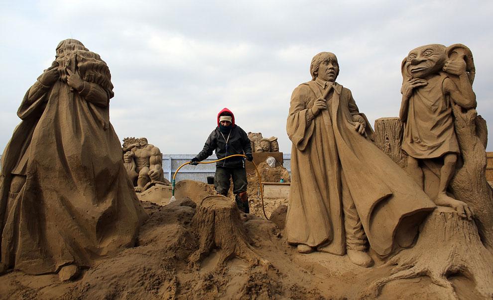 Согласно программе Coast на BBC, идеальное соотношение для строительства песчаных замков — восемь частей сухого песка к одной части воды
