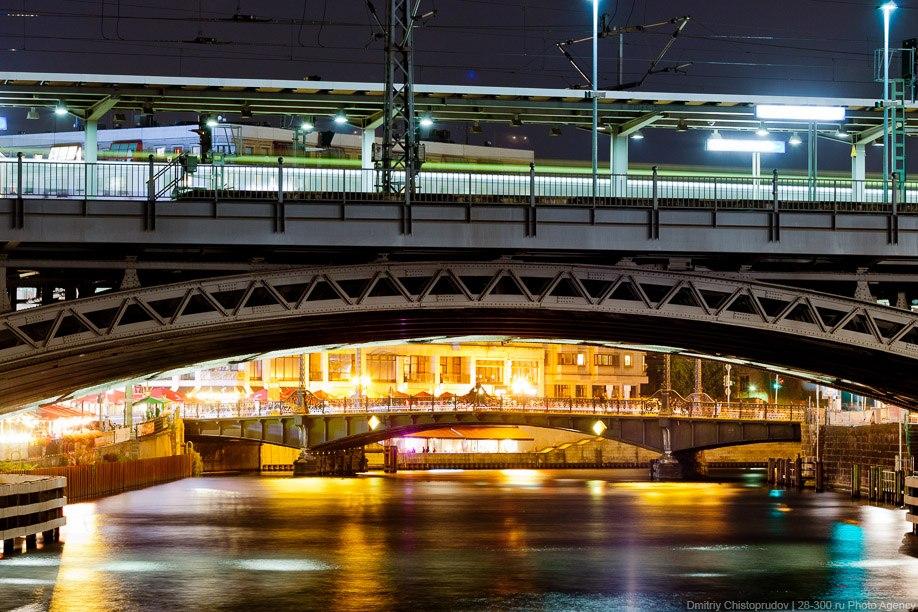 На переднем плане Eisenbahnbrücke über den Spree и станция Friedrichstraße. На дальнем плане — Вайдемдамский мост