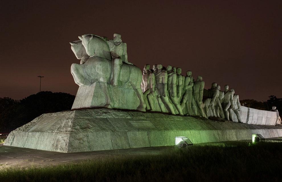 Монумент-ас-Бандейрас — одна из известных достопримечательностей Сан-Паулу