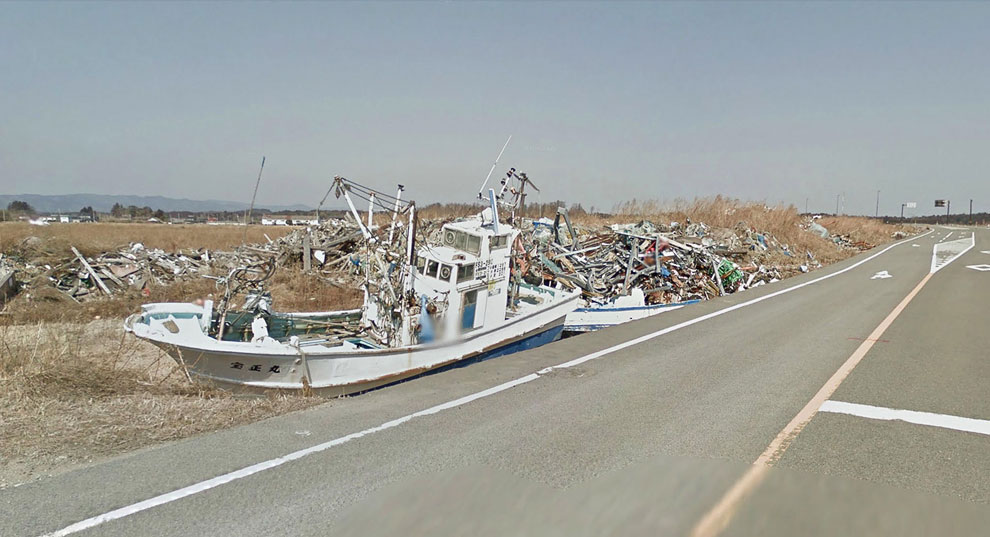 Рыбацкие лодки, вынесенные на берег цунами