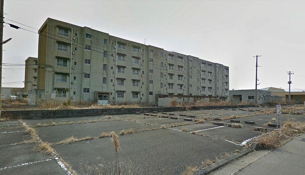 Заброшенный жилой дом. Дороги постепенно зарастают травой