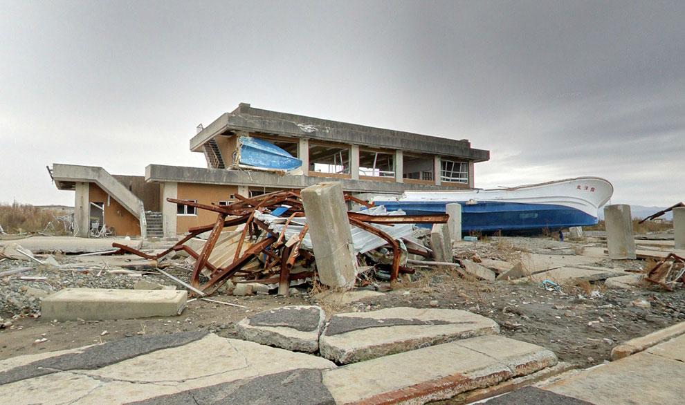 Разбитый катер и заброшенное здание