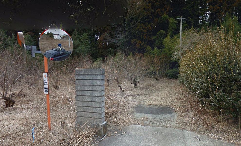 В отражении можно увидеть автомобиль проекта Google Street View и специальную камеру с обзором 360 градусов, которой и велась эта съемка