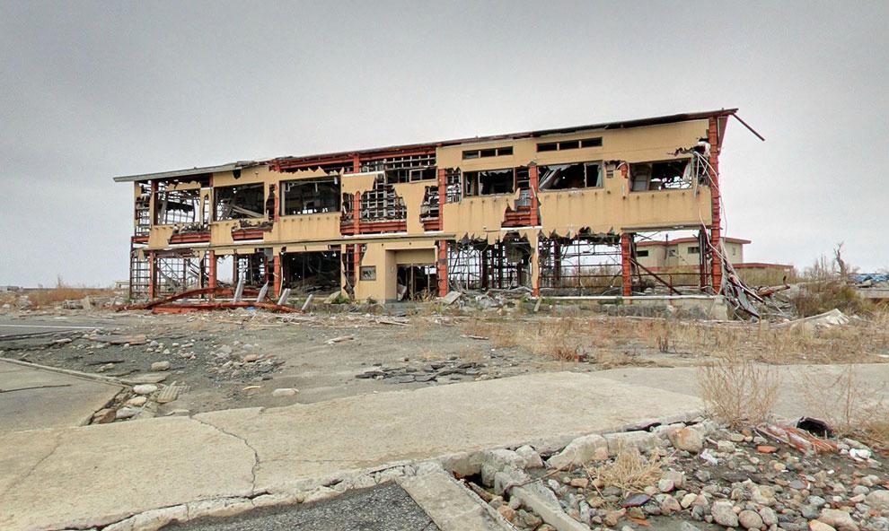 Серьезно пострадавшее здание во время природной катастрофы