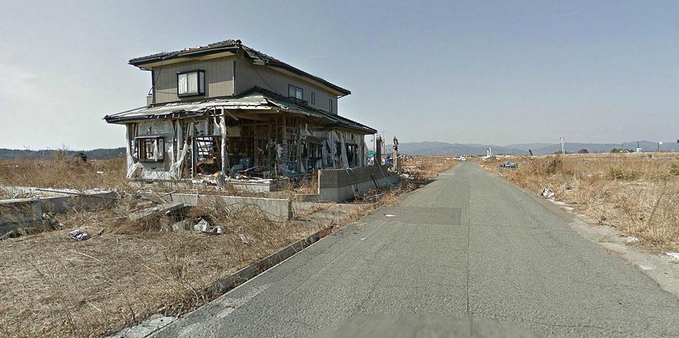 Разрушенный, но уцелевший дом в районе, который сильно пострадал от цунами
