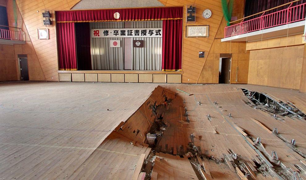 Внутри здания школы. В 2011 году в этом помещении проходило вручение дипломов, о чем свидетельствует оставшийся баннер