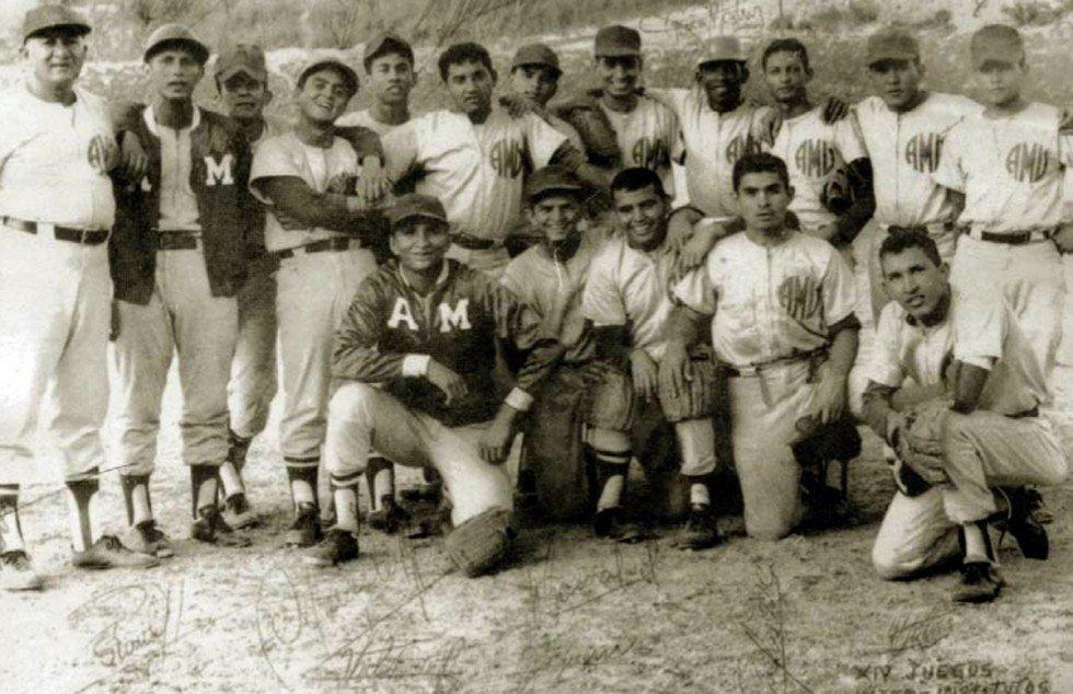Уго Чавес (внизу справа) со своей бейсбольной командой
