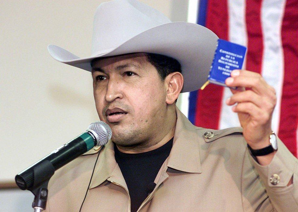 Уго Чавес с маленькой копией конституции Венесуэлы во время визита в Техас
