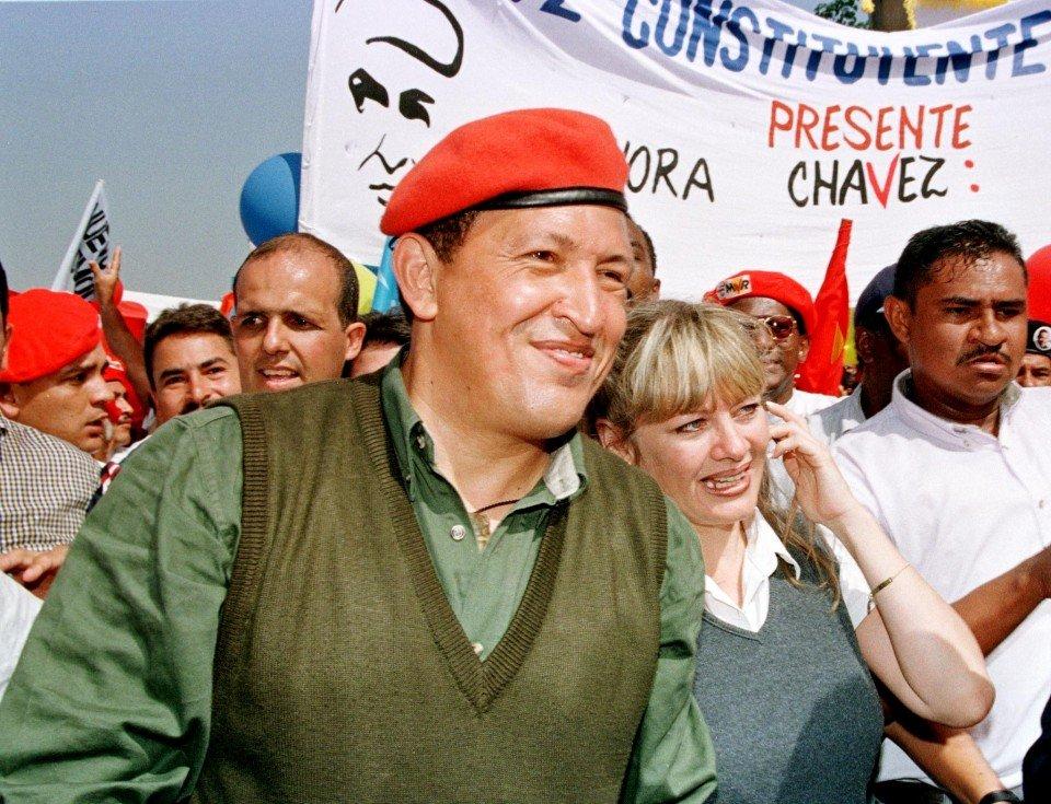 Первая президентская кампания Уго Чавеса. Справа — его жена Марисабель